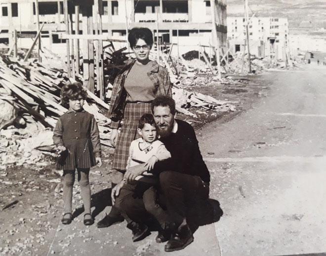 """ההורים, צור ויהודית, עם שני ילדיהם הגדולים בתקופת הקמתה של כרמיאל. """"עיירה עם אוכלוסייה מגוונת"""" (צילום: מתוך אלבום פרטי)"""