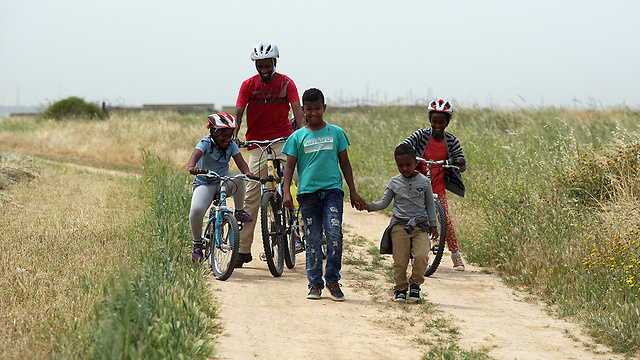 Despite weather fears, families are still out and about (Photo: Roi Idan) (Photo: Roi Idan)