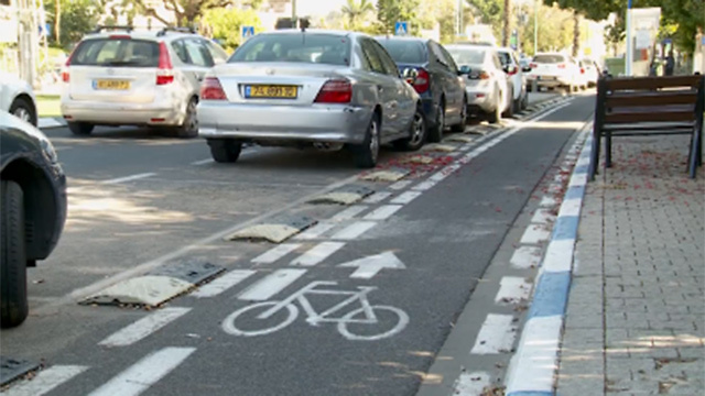 """השביל נפסק כשמגיעים לצומת. שביל אופניים בת""""א (צילום: חגי דקל)"""