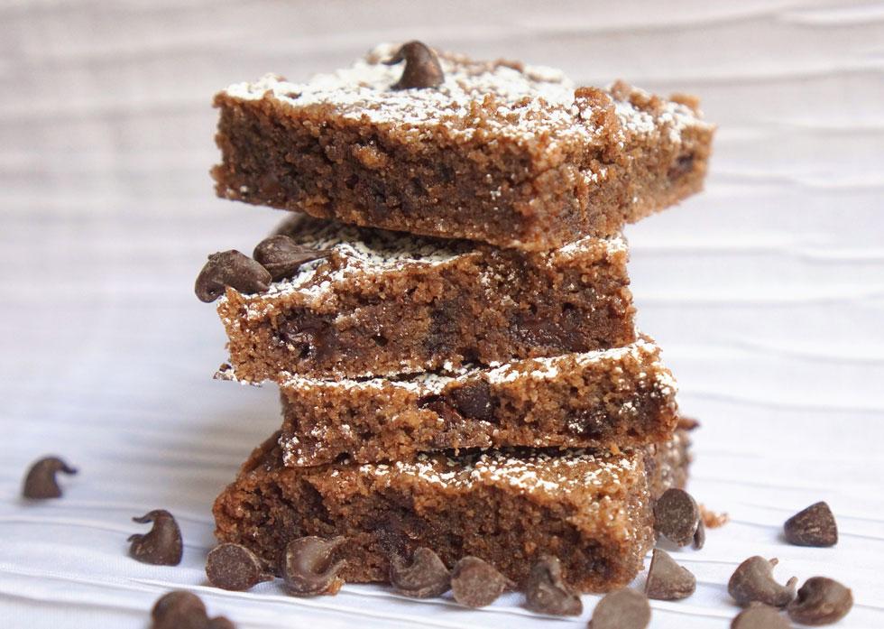 חיתוכיות שקדים ושוקולד ללא קמח עם שוקולד צ'יפס (צילום: מירב גביש)