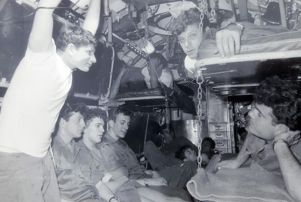 לוחמים בצוללת במהלך מלחמת ששת הימים (צילום: מוזיאון חיל הים) (צילום: מוזיאון חיל הים)