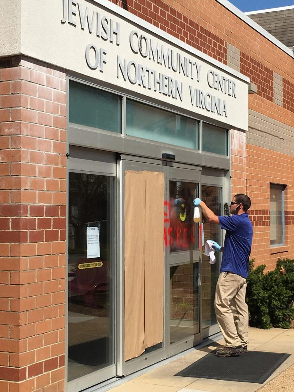 צלבי קרס על מרכז יהודי בווירג'יניה (צילום: JCCNV)