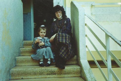 """עם בתה הבכורה בירושלים. """"התביישתי בלבוש החרדי"""" (צילום: אלבום פרטי)"""
