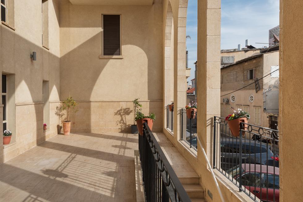 ''הקשתות פתוחות החוצה ומחברות את המרחב הפרטי עם הציבורי'', הוא אומר על הבניין ברחוב אוהב ישראל. אלמנט חוזר (צילום: ליאור גרונדמן)