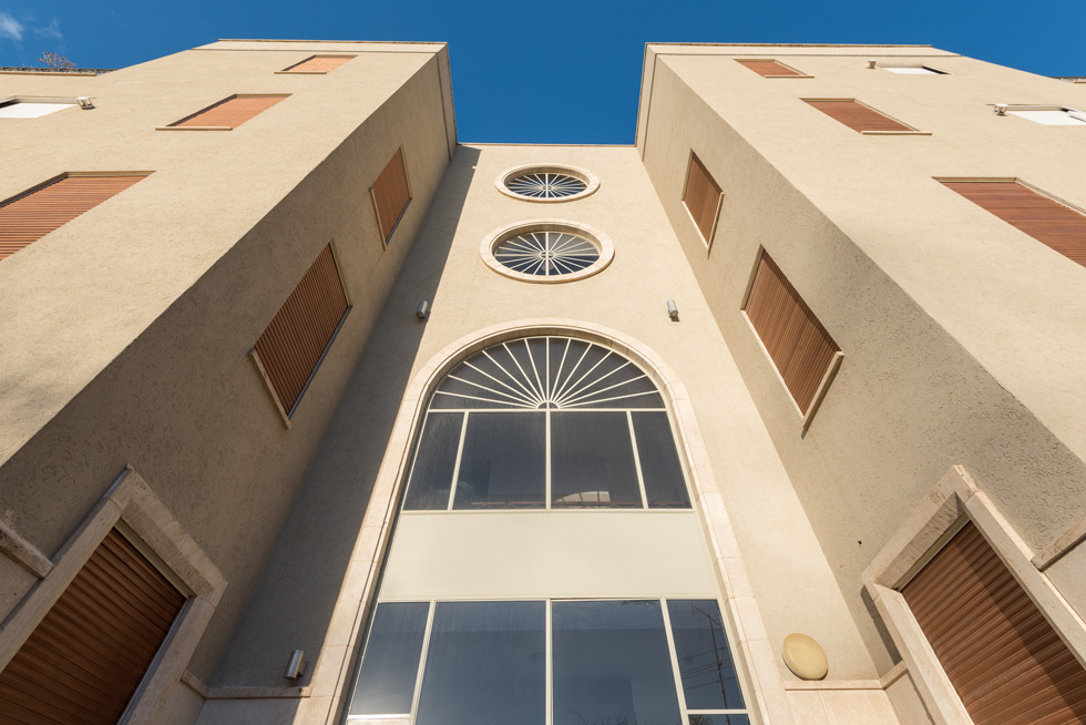 הקשת היא מוטיב שחוזר בכל הבניינים שלו (כאן ברחוב קדם): ''ערבים יעדיפו לגור במקום שבו השפה האדריכלית מדברת אליהם'' (צילום: ליאור גרונדמן)