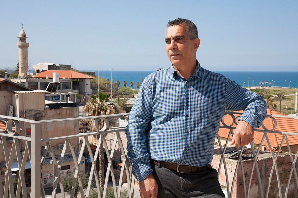 פורסאן אלבויראת במרפסת בניין חדש, שהוא המתכנן והיזם שלו. בן למשפחה ענייה, אח לתשעה אחים ואחיות (צילום: שי אפשטיין)