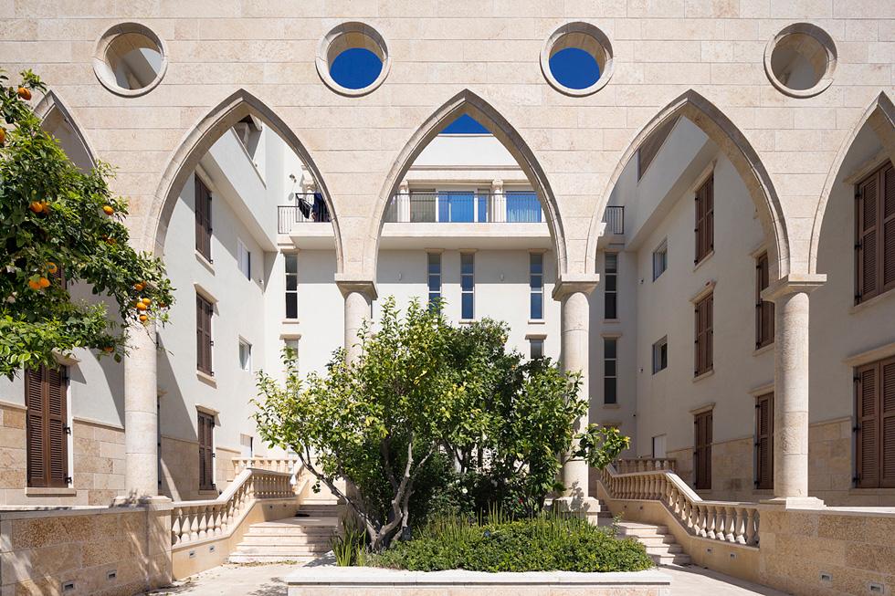 הכניסה לבניין ברחוב אוהב ישראל בשכונת עג'מי. ''המרחב הפרטי נפתח כלפי חוץ בהסכמה, במטרה לשלב מרחב ציבורי ופרטי'', מסביר אלבויראת (צילום: שי אפשטיין)
