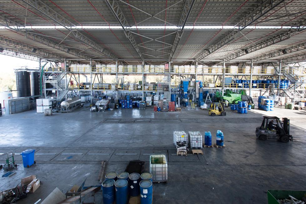 מקיבוץ גרופית ועד קרית שמונה, הלקוחות מעבירים לכאן חומרים מסוכנים שאינם יכולים להיזרק באתר אשפה רגיל, כדי שיעברו מיחזור (צילום: דור נבו)