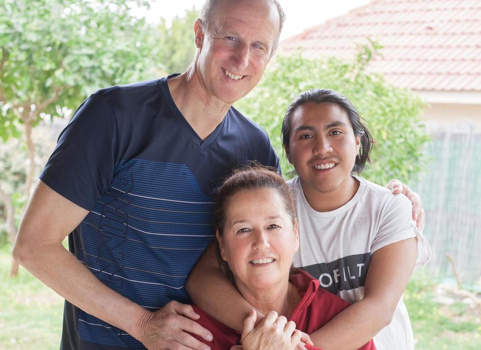 """מאיק עם הוריו מירי ורוני בולוטין. """"לא מובן מאליו שאמא ואבא מקבלים אותי כפי שאני"""" (צילום: גל חרמוני)"""