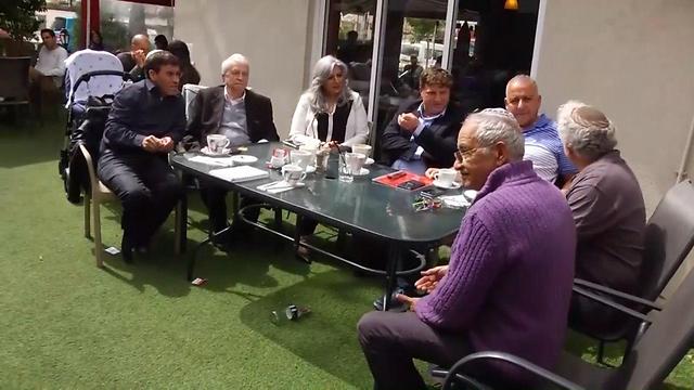 Veteran Likud activists in Petah Tikva (Photo: Assaf Magal)