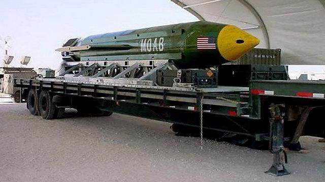 מהדלת האחורית של המטוס. הפצצה MOAB (צילום: AP) (צילום: AP)
