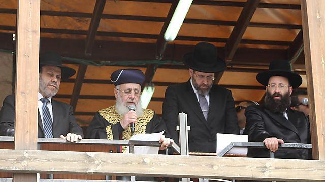 הרבנים הראשיים עם רב הכותל והשר לשירותי דת (צילום: הקרן למורשת הכותל)
