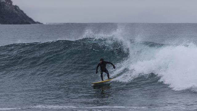 גלישת גלים בכפור. המים: 4 מעלות                                                                                (Achim Hartmann)