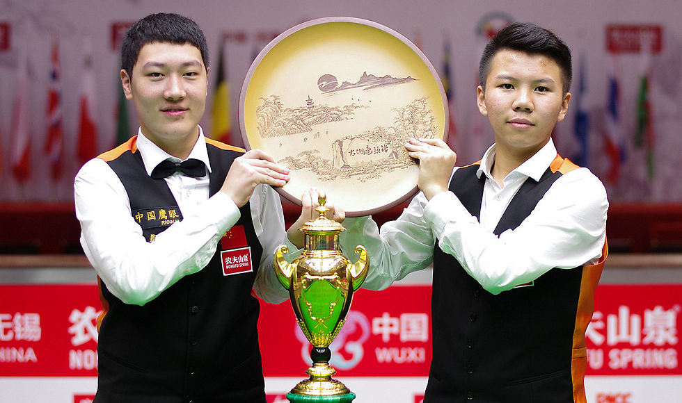 יאן בינגטאו וז'והו יואולונג אחרי הזכייה המדהימה (צילום: Tai Chengzhe, worldsnooker.com)