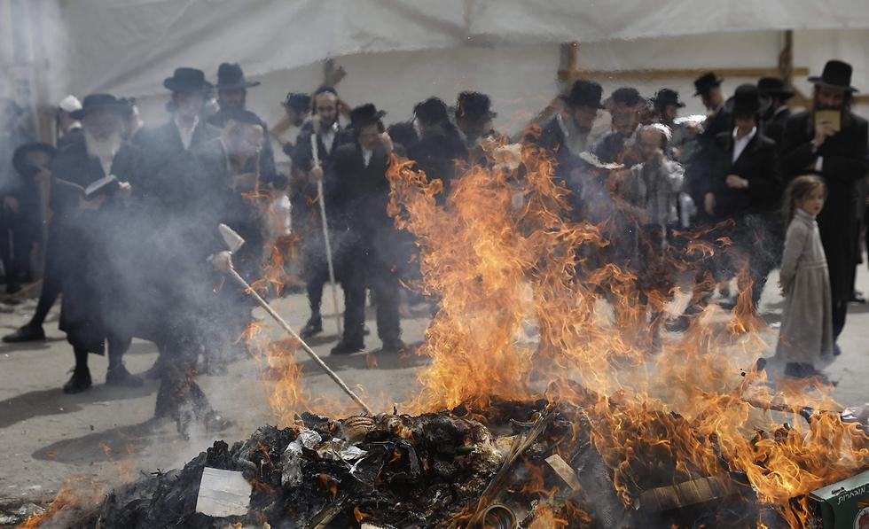 ביעור חמץ בירושלים (צילום: AFP)