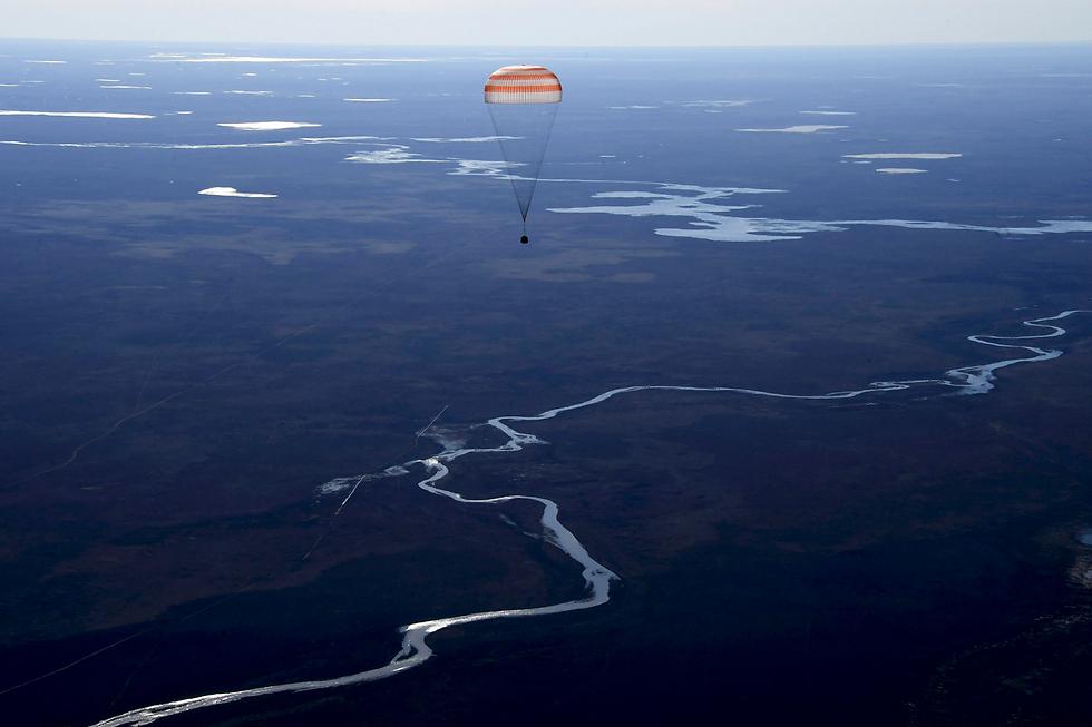 קפסולת חלל שנושאת צוות מתחנת החלל הבינלאומית לפני נחיתה בקזחסטן (צילום: רויטרס)