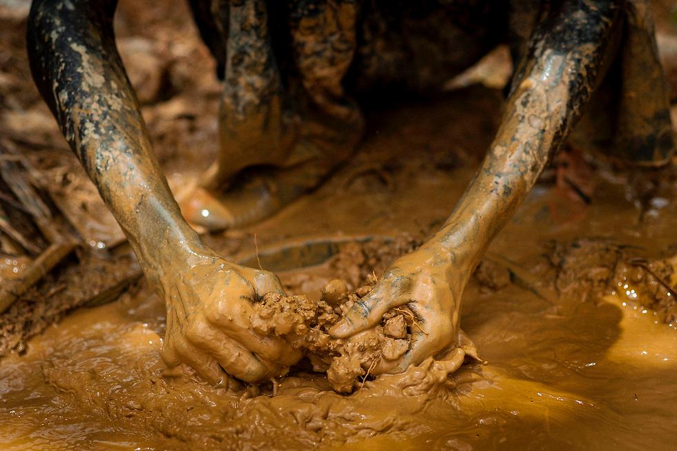 כורה זהב לא חוקי בקיבי, גאנה. ממשלת גאנה החליטה לשים סוף לתופעת הכרייה הבלתי חוקית שגורמת לזיהום אוויר גבוה ולהרס הקרקע (צילום: AFP)
