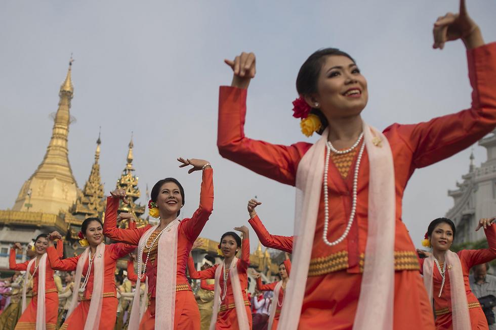 רקדניות מבצעות ריקוד מסורתי בפסטיבל מים בעיר יאנגון, מיאנמר (צילום: AFP)