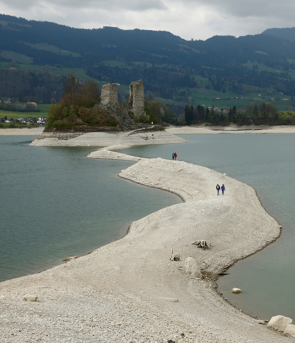 אנשים שבים מטיול באי אוגוז שבקנטון השווייצרי פרייבורג (צילום: רויטרס)