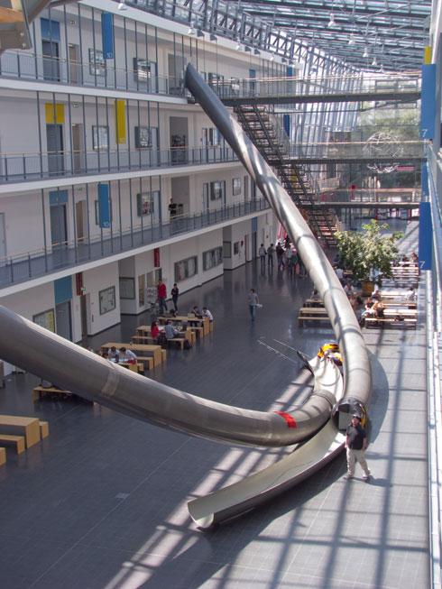 המגלשות מחברות בין הקומה העליונה לתחתונה, וגובהן כ-13 מטרים (צילום: Better Than Bacon ,cc)