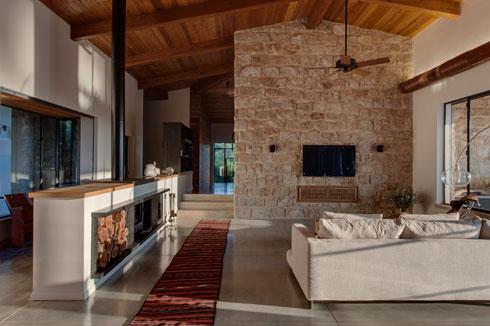 שילוב של קירות זכוכית וקירות אבן (צילום: עודד סמדר)