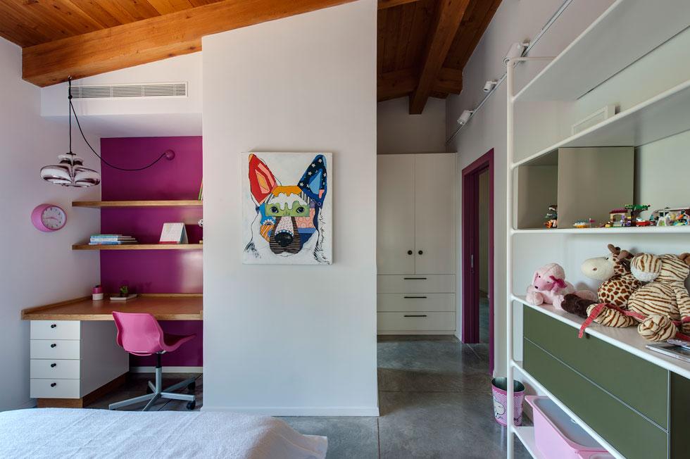 שני חדרי הילדים זהים בגודלם (14 מטרים רבועים), כשהבידול ניכר בצבעים שנבחרו לקירות ולארונות (צילום: עודד סמדר)