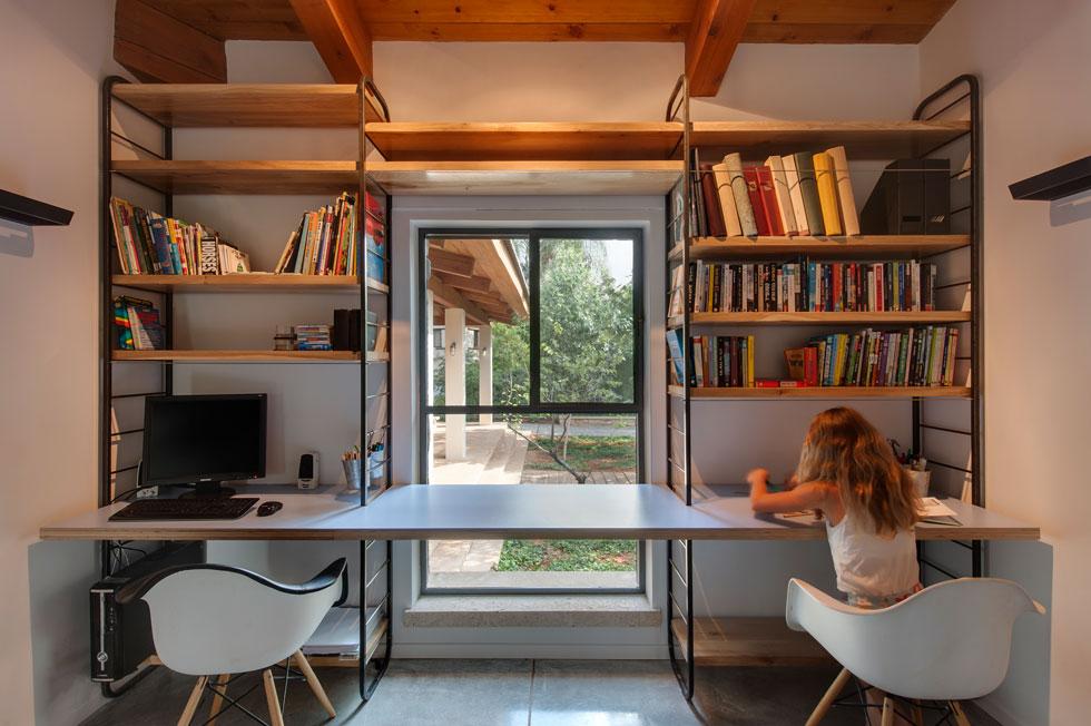 באגף הילדים תוכננה פינת עבודה משותפת, המשקיפה אל המרפסת הקדמית (צילום: עודד סמדר)