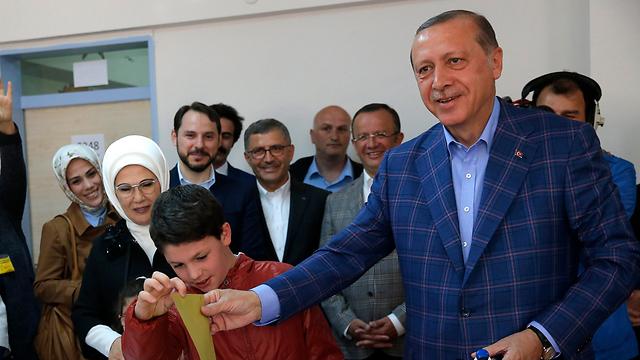 Erdoğan votes for the referendum (Photo: Reuters)
