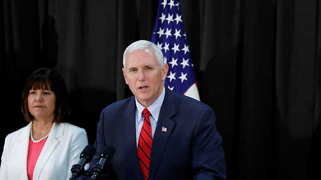 US VP Mike Pence (R) with wife Karen (Photo: Reuters)