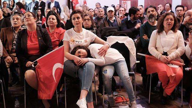 Turkish immigrants await referendum results in Berlin (Photo: AFP)