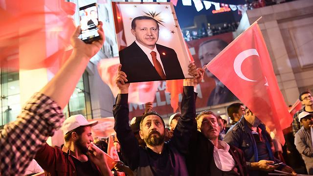 Pro-Erdoğan Turks celebrate in the street (Photo: AFP)
