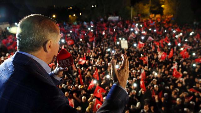 חגיגות הניצחון של ארדואן אחרי משאל העם החודש (צילום: EPA)