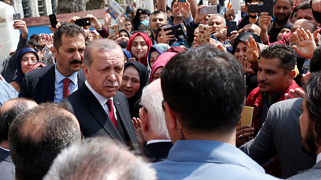 Erdoğan greets supporters (Photo: Reuters)