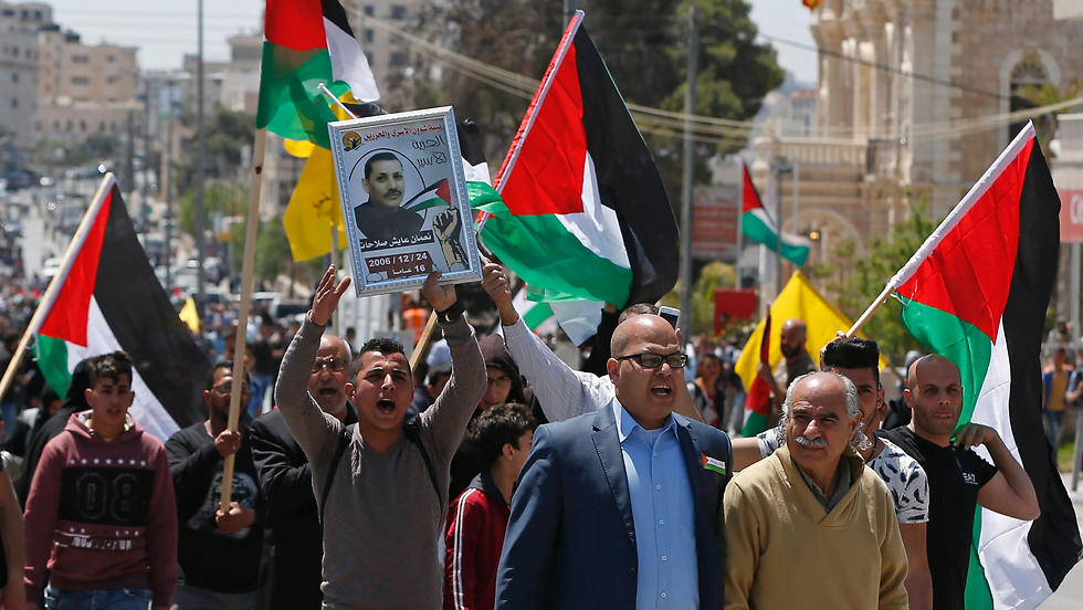 Palestinian rally in support of hunger strikers (Photo: AFP)