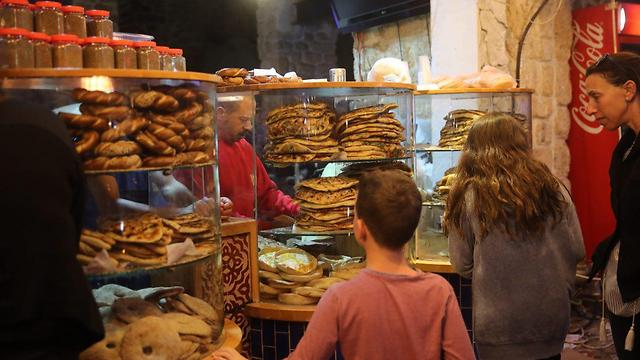 Buying leavened bread hours after Passover's conclusion (Photo: Motti Kimchi)