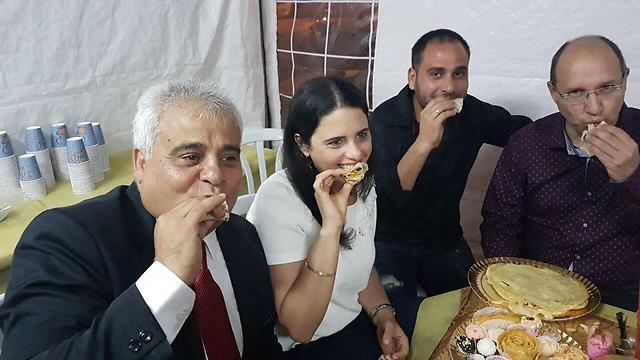 Dimona Mayor Benny Biton (C) enjoys mufleta with Minister of Justice Ayelet Shaked and Histadrut chief Avi Nissankorn (R)