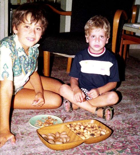 """יריב (משמאל) ואורי גוטליב בילדותם. """"הוא בעיקר היה מטריד אותי וחוטף מכות"""" (צילום: באדיבות משפחת גוטליב)"""