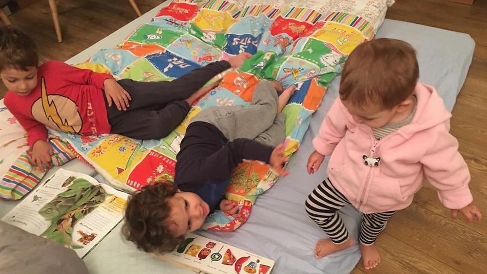 פעילות משפחתית יכולה להיות גם קריאת ספר או משחק משותף (צילום: פרטי) (צילום: פרטי)