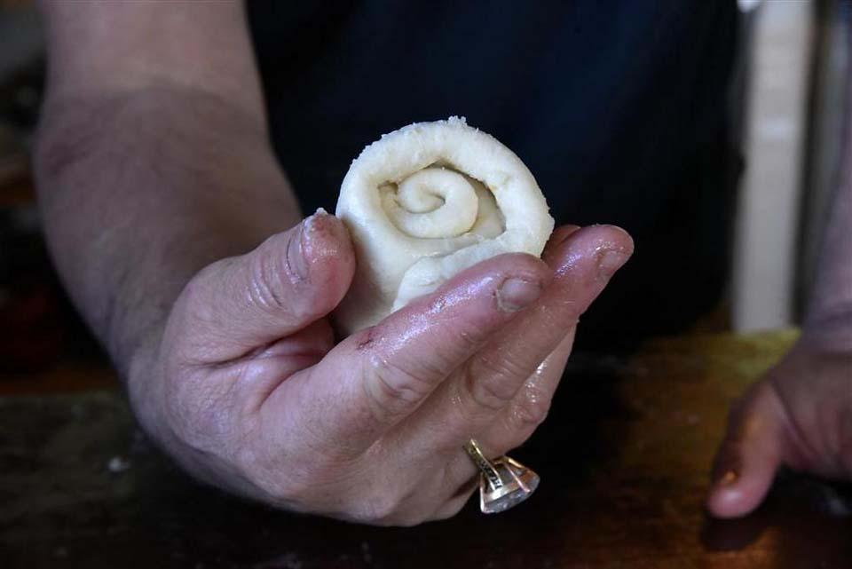 Скатать тесто в трубочку. Фото: Авияху Шапира