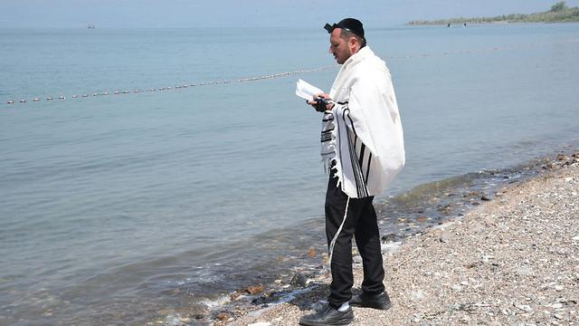 קרוב משפחה של איתמר מתפלל למציאתו, במהלך החיפושים (צילום: אביהו שפירא) (צילום: אביהו שפירא)
