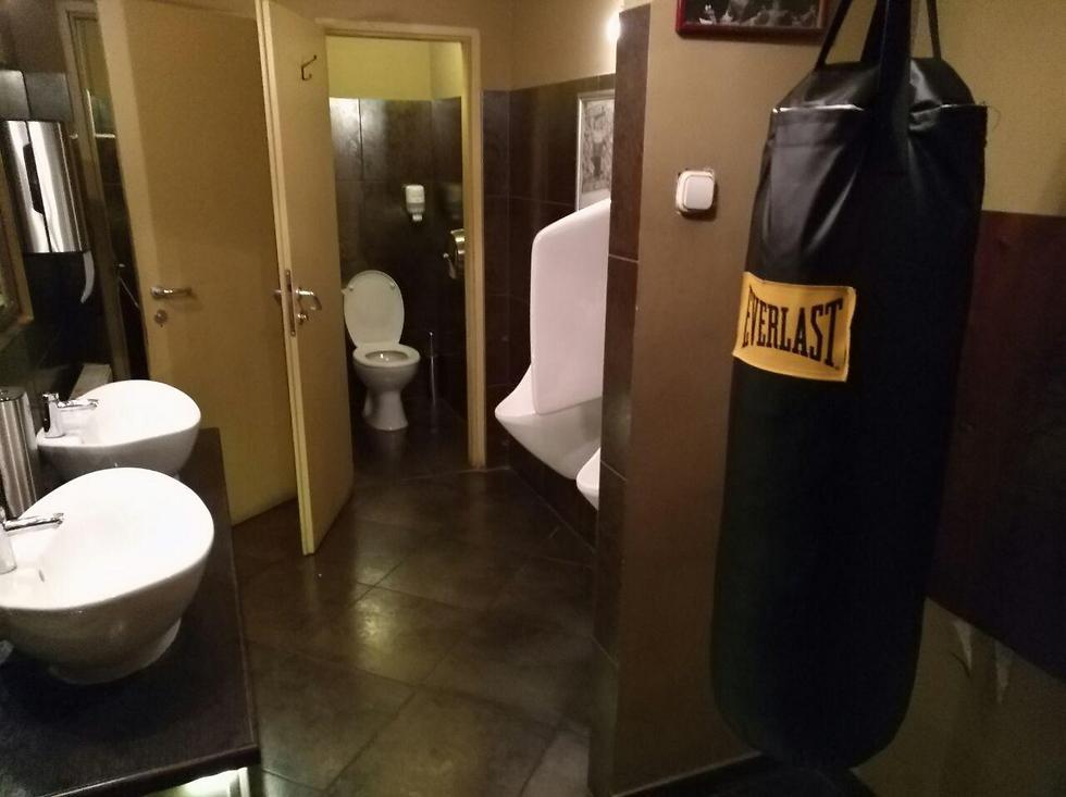 שק האיגרוף בשירותים. תוציאו אנרגיות (צילום: סהר אברהמי)