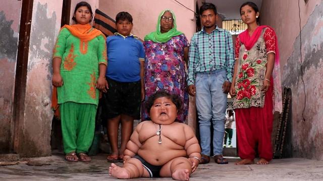 צ'אהאט עם בני משפחתה. מייחלים לעתיד טוב בשבילה ( )