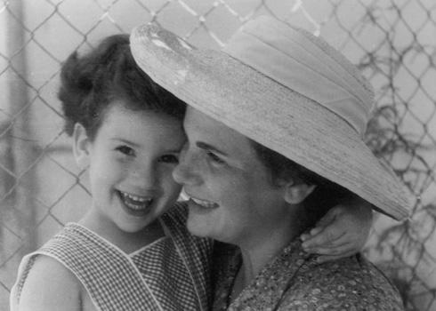 """טלי בילדותה עם אמה חוה ז""""ל. """"סינדרום השואה היה אצלנו בבית"""" (צילום רפרודוקציה: יובל חן)"""