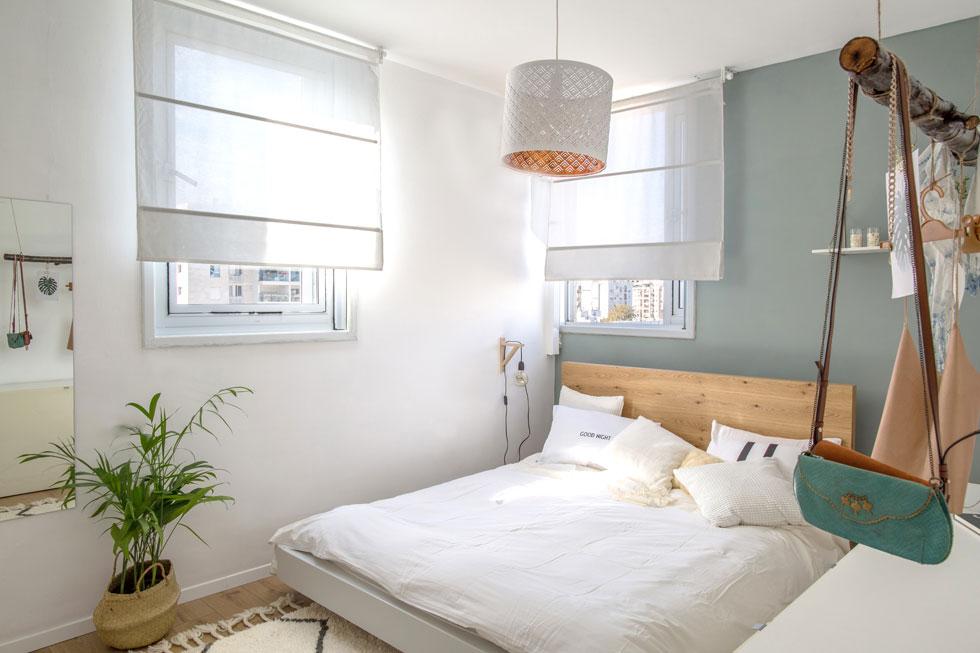 קיר בצבע כחול–אפור מעושן יוצר רקע שקט לחדר השינה  (צילום: דנה סטמפלר עשהאל)