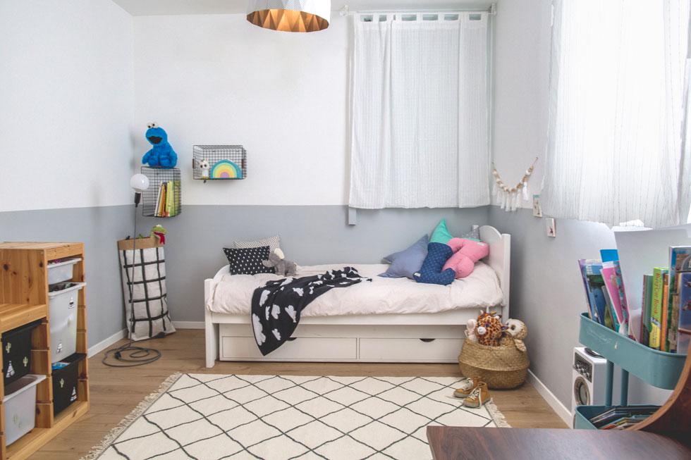 בגלל מגבלות התקציב נצבע הקיר בחדר הילדים צביעה דקורטיבית כתחליף לטפט יקר  (צילום: דנה סטמפלר עשהאל)