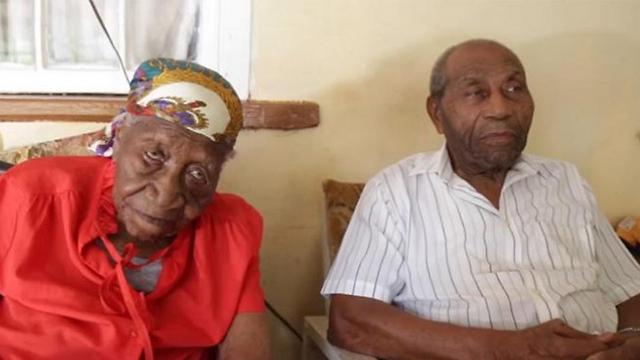 האם ובנה התגוררו באותו בית. ויולט בראון והרלאן פרוודר (צילום: AP) (צילום: AP)