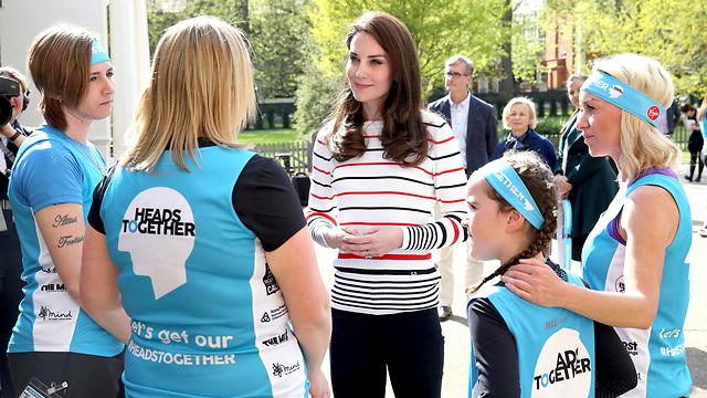 הדוכסית הבריטית אירחה בארמון קנזינגטון בלונדון את חברי ארגון הצדקה שבו היא חברה שירוצו במרתון לונדון (צילום: AP) (צילום: AP)
