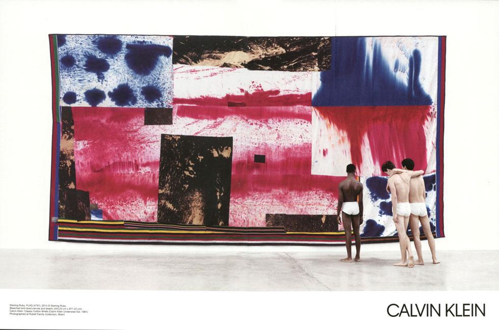 מה בעצם קלווין קליין מוכרים לנו: יצירות של אמנים אמריקאים מפורסמים, פריטי לבוש פשוטים למראה, או אולי את ההשוואה בין אמנות אמריקאית למותג האמריקאי?  (צילום: Willy Wanderperre)