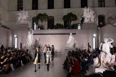 דוגמניות על רקע פסלי שיש. התצוגה של לואי ויטון (צילום: Gettyimages)