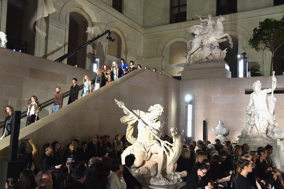 הצבה של בגדי המותג כשווי ערך ליצירות האמנות במוזיאון המפורסם ביותר בעולם. התצוגה של לואי ויטון (צילום: Gettyimages)